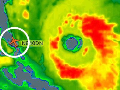 Un avión comercial decidió aterrizar ayer en medio del huracán más grande de la historia. Y le salió bien