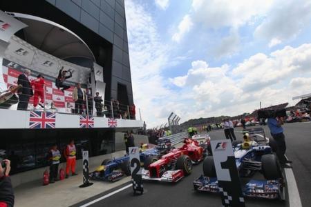 """Mark Webber le """"roba"""" la victoria a Fernando Alonso en el Gran Premio de Gran Bretaña"""