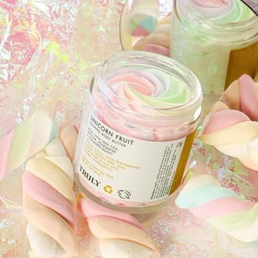 Cremas que parecen nubes de chuche y mascarillas con purpurina: así es Truly, la marca de belleza con productos tan bonitos que da pena utilizar