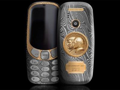 Trump y Putin juntitos en un Nokia 3310 de oro y titanio, candidato al móvil más horrendo del año