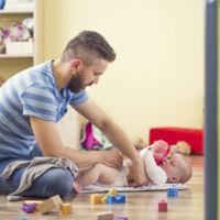 Aumenta el porcentaje de hombres que se cogen excedencia para cuidar de sus hijos (y disminuye el de mujeres)