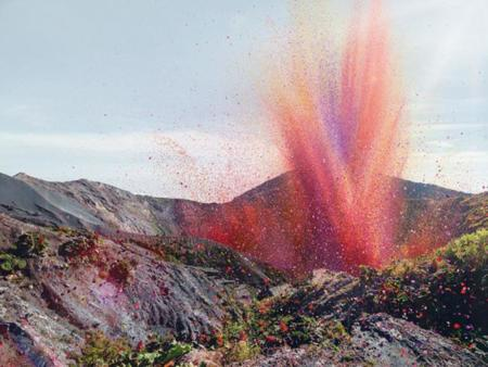 Sorprendente erupción de un volcán en Costa Rica que expulsa pétalos de rosa en vez de lava