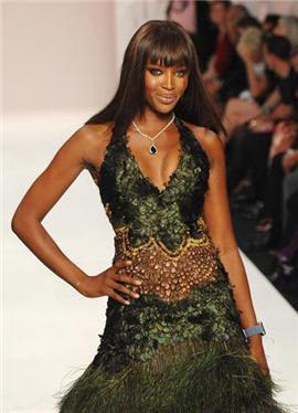 Naomi Campbell vuelve a desfilar con fines benéficos en Fashion for Relief