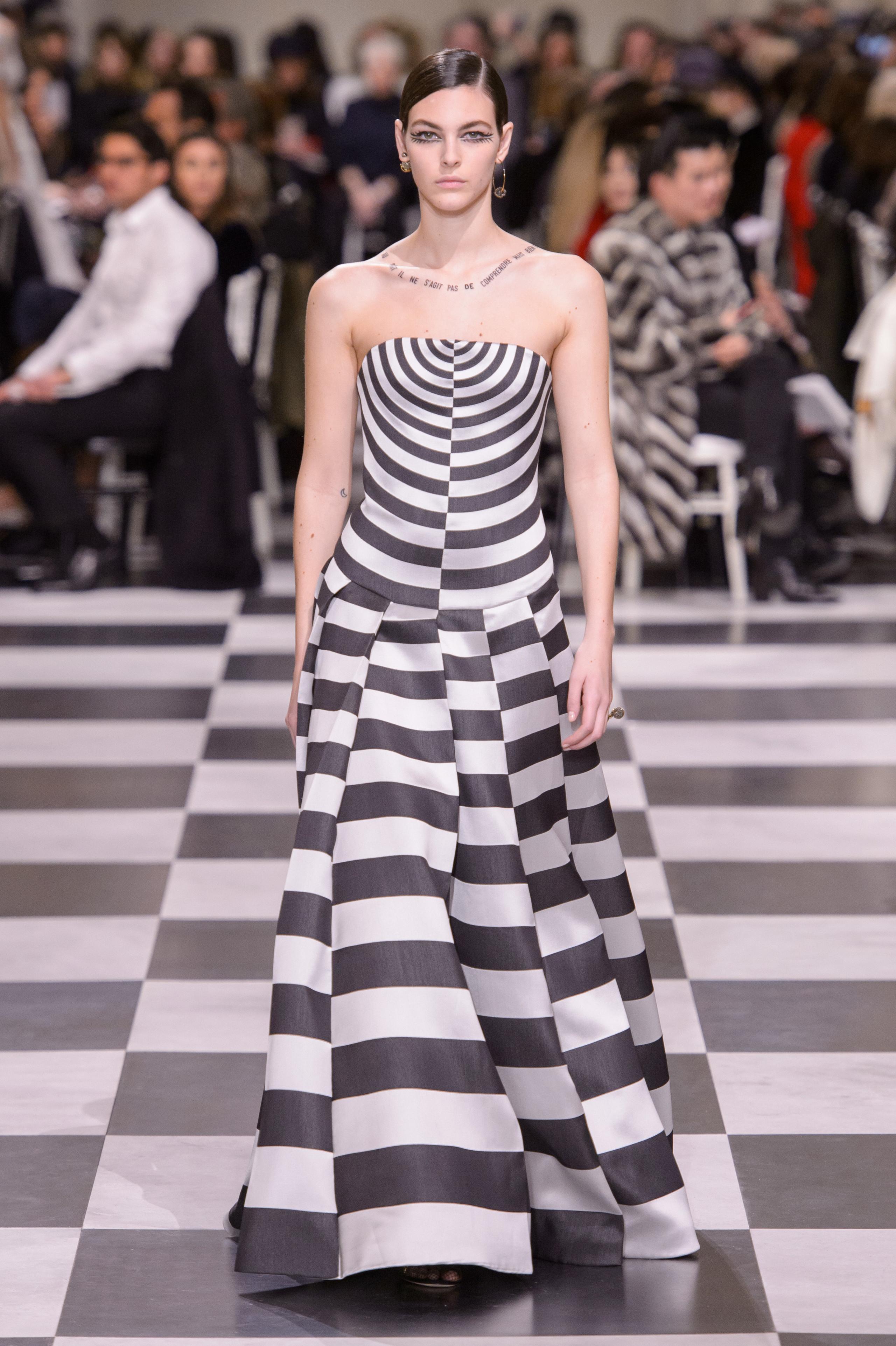 Foto de Dior Alta Costura: Maria Grazia Chiuri y su mágico desfile en blanco y negro Primavera-Verano 2018 (27/74)