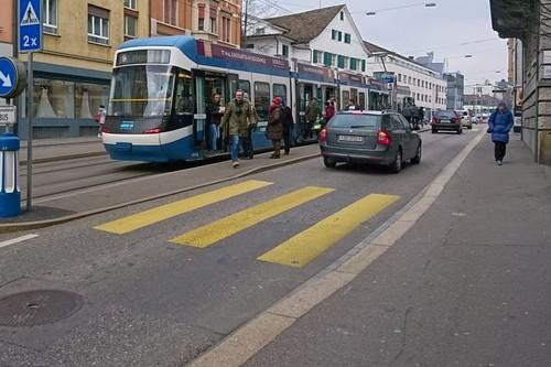 Esta calle de Zurich te demuestra en una simple imagen lo bien organizada que está Suiza