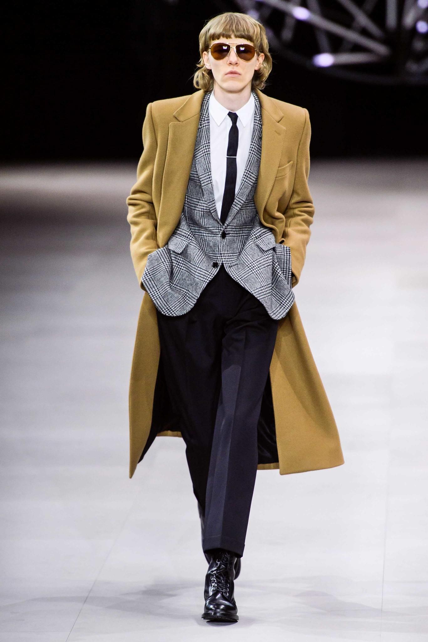 CELINE cierra la semana de la moda de París con la clásica fórmula de Hedi  Slimane para su colección de invierno 5ba43433df