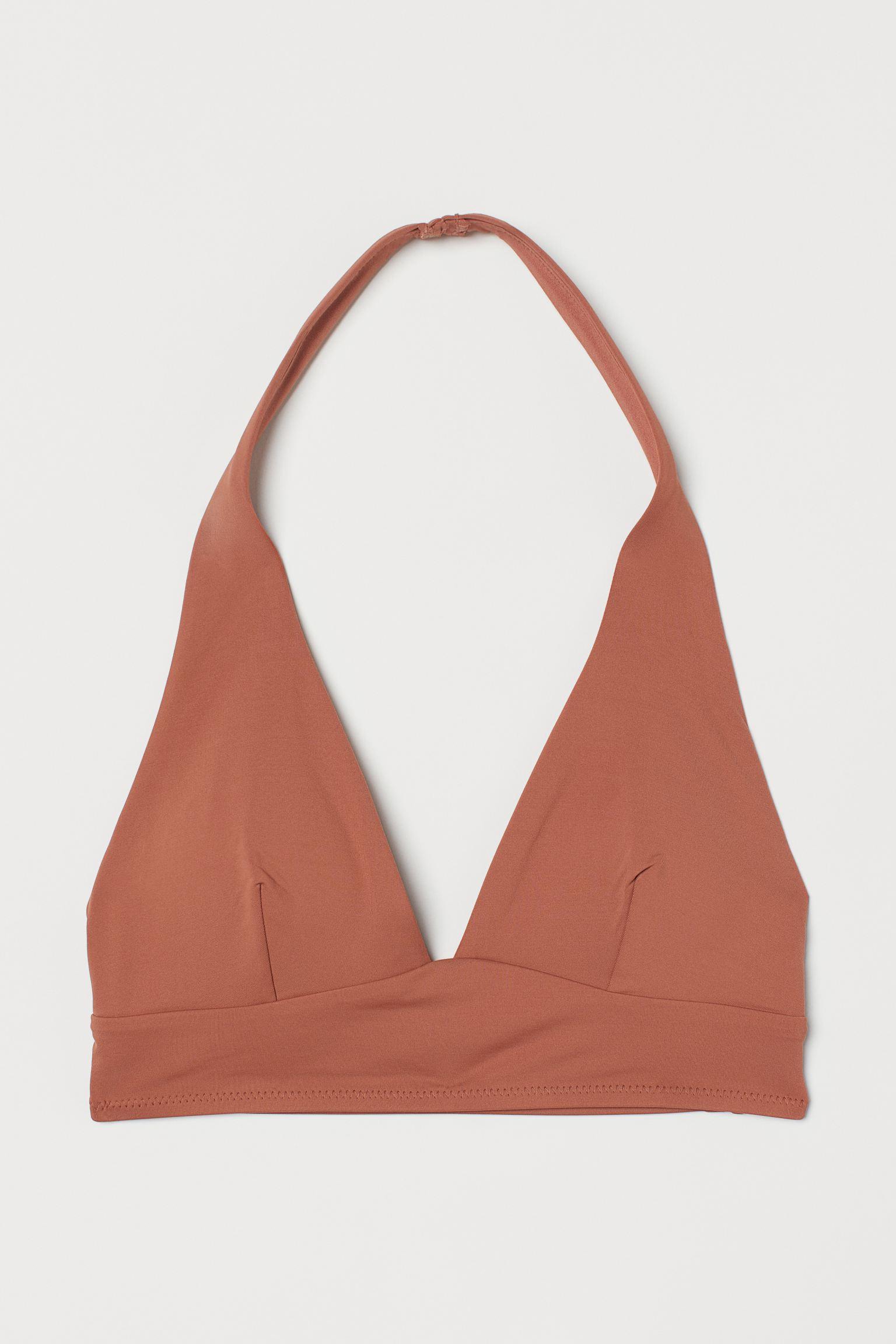 Top de bikini con escote halter y copas con relleno extraíble que moldean y proporcionan una buena sujeción. Sin cierre ni aros. Forrado.