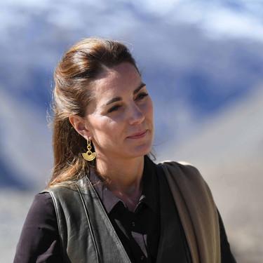 Kate Middleton muestra su look más todoterreno con falda midi en Pakistán y sigue los pasos de Lady Di