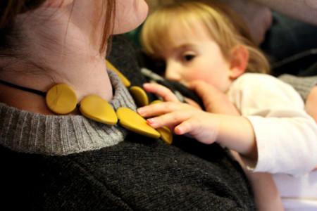 No, la lactancia materna prolongada no conlleva ningún riesgo