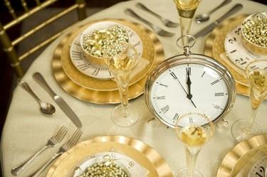 Decora tu mesa de Nochevieja con motivos de relojes