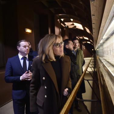 Brigitte Macron nos enseña cómo poner en práctica el estilismo más minimalista de este invierno