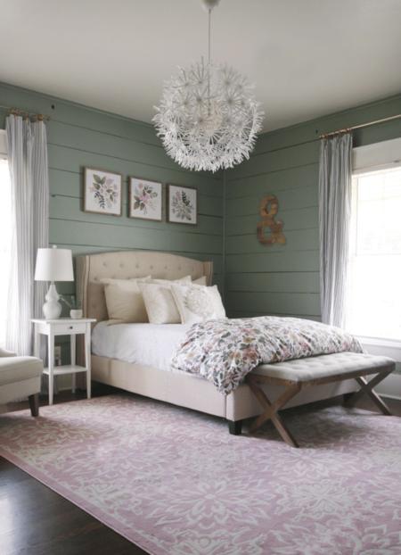 Antes y después: un dormitorio que pasa del blanco al rosa y verde, colores tendencia para 2022