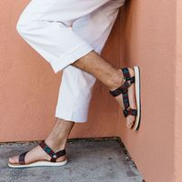 El estilazo de una sandalia Teva con el sello creativo de Benny Gold