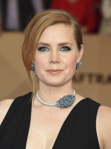 El look de Amy Adams en los SAG demuestra que las joyas, bien escogidas, pueden ser tus mejores aliados