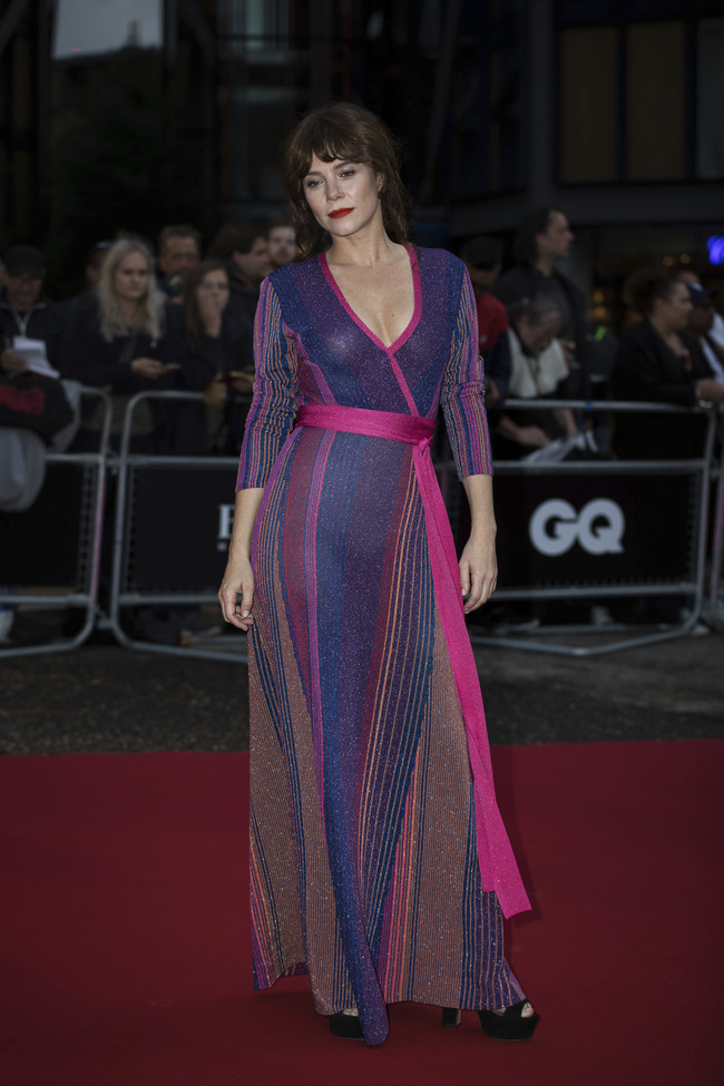premios gq hombre del año alfombra roja red carpet look estilismo outfit celebrities anna friel