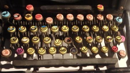Máquina de escribir con emoticonos