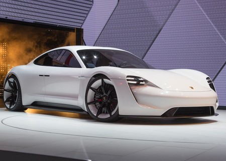 El Porsche Taycan tendrá 600 hp y 500 de autonomía ¡Y ya ha sido espiado al desnudo!