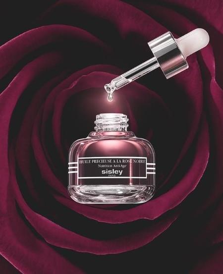 ¿Necesitas preparar, reconfortar y nutrir?  Nace el primer aceite de tratamiento facial de Sisley: Huile Précieuse à la Rose Noire.