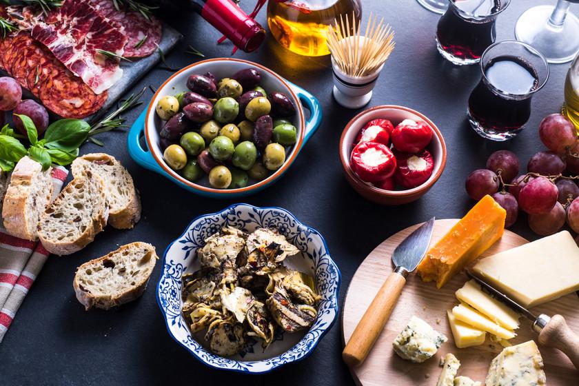 Siete recetas de aperitivo que puedes servir a temperatura ambiente en el picoteo del finde (y quitarte agobios en las fiestas)