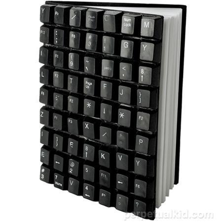 Libreta hecha con restos de un teclado
