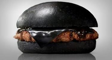 ¿Te apetece una hamburguesa con el pan y el queso negros?