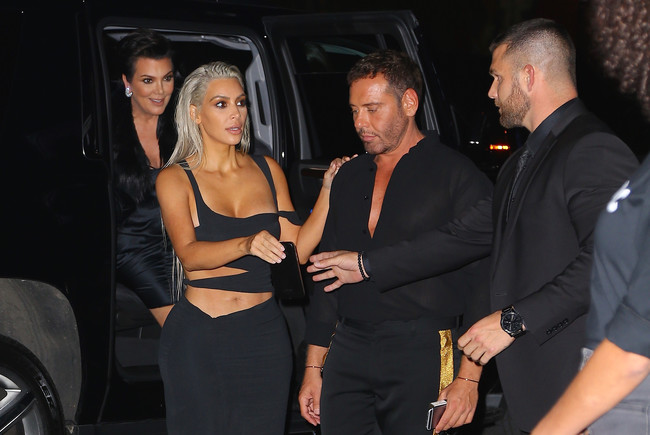 Kim Kardashian pasa a un segundo plano (pese a ser la estrella) por culpa de las piernas de Kaia Gerber
