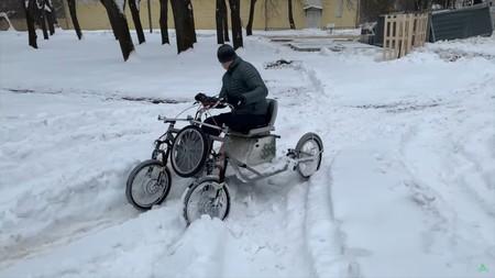 Va en serio: esto es un cuadriciclo eléctrico 4x4 ruso hecho con dos bicicletas eléctricas, y se venderá por 1.430 euros