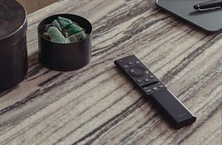 Samsung por fin se despide de las pilas AAA en el control remoto de sus Smart TV 2021: se carga con luz del sol, de nuestra casa o por USB