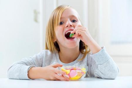¿Qué tipo de golosinas son más peligrosas para los dientes?