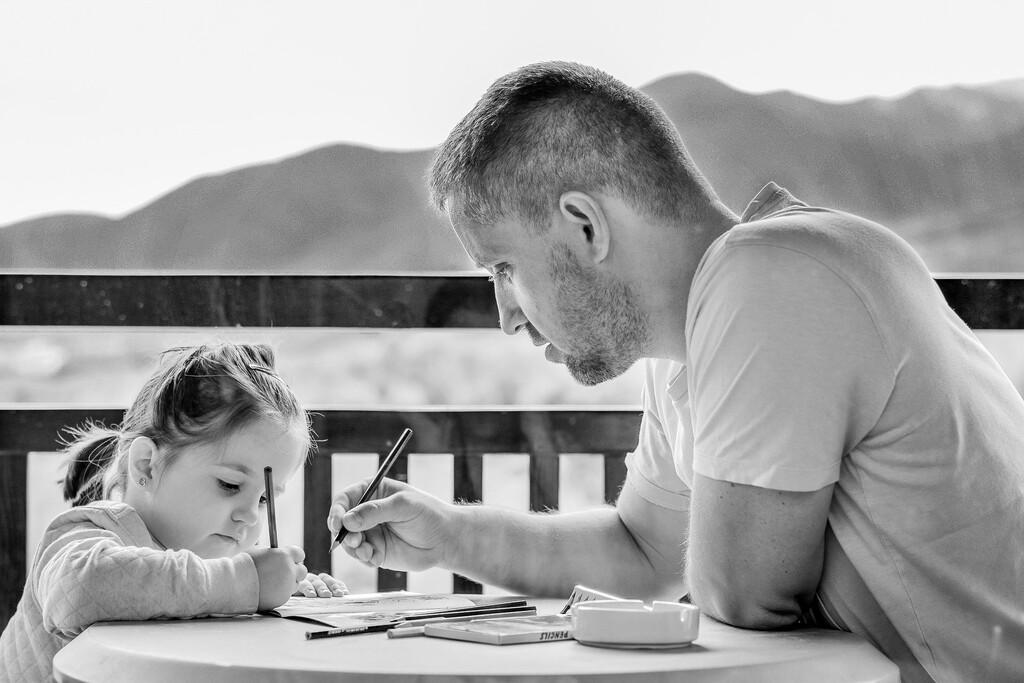 Tener hijos solo aumenta tu felicidad si puedes pagar las facturas (y hasta los 10 años de edad)