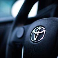 Toyota es la marca de coches mejor valorada pero Tesla es la que más crece, según el informe anual de Interbrand