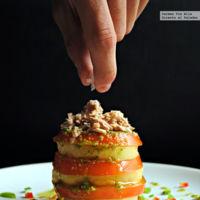 Milhojas de patata y tomate con aliño de pesto. Receta