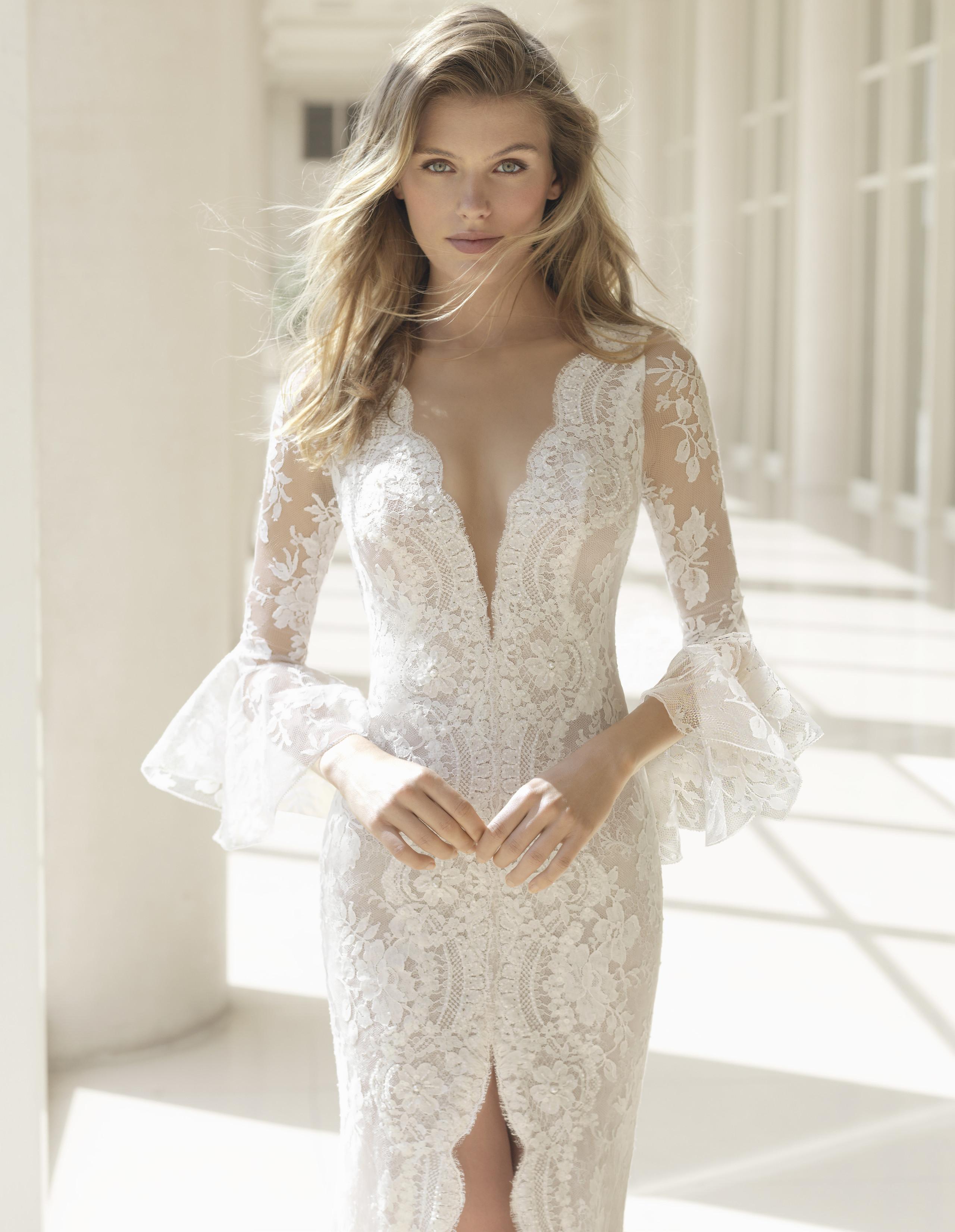 ebe25c8baf90f Foto de Los vestidos de novia más sexys los firma Rosa Clará en su colección  2018 ...