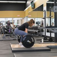 Una rutina para entrenar todo tu cuerpo en el gimnasio con barras, mancuernas y poleas