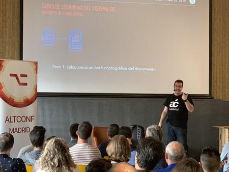 Julio César Fernández dando una charla en la AltConf 2019 Madrid