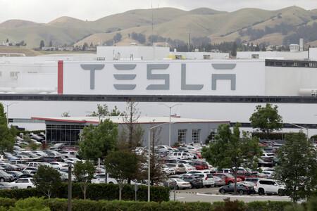 Tesla tuvo que pagar un millón de dólares a un ex empleado que recibió insultos racistas dentro de una de sus fábricas