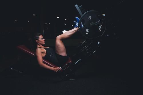 Entrena tus piernas en el gimnasio con la prensa: una rutina para evitar cargar demasiado tu espalda