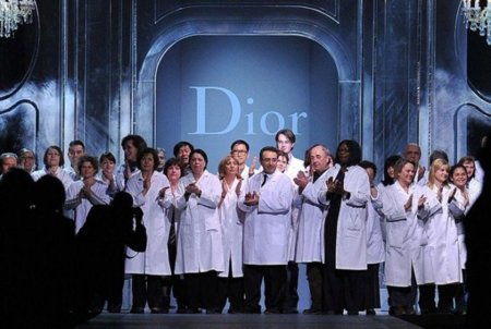 Atronador aplauso, discurso de su presidente y las costureras como protagonistas. Desfile Christian Dior Otoño-Invierno 2011/2012