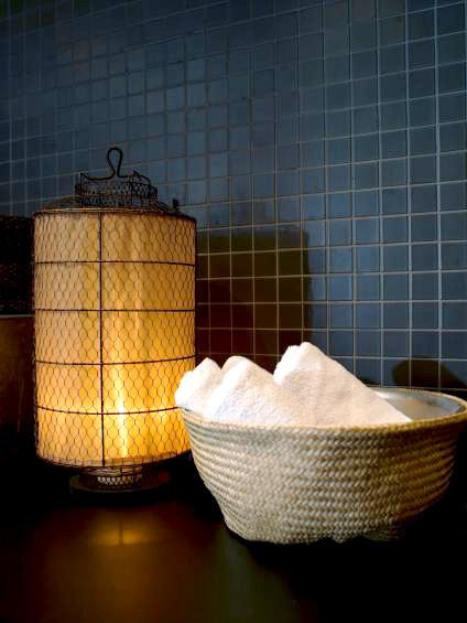 Un farol y una cesta para el baño.