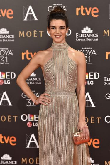 Clara Lago y su vestido dorado triunfan en la alfombra roja de los Premios Goya 2017