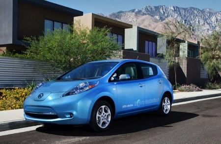 Nissan LEAF azul montañas