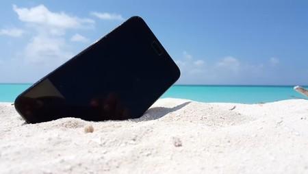 Siete smartphones económicos para ir a la playa sin preocupación
