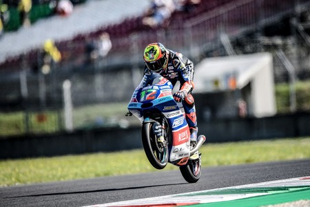 Marco Bezzecchi va de menos a más en Montmeló para marcar el mejor tiempo del viernes en Moto3