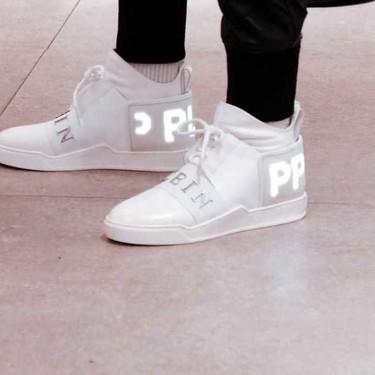 Philipp Plein le da un giro a los sneakers sumándoles pantallas en su desfile en Milán