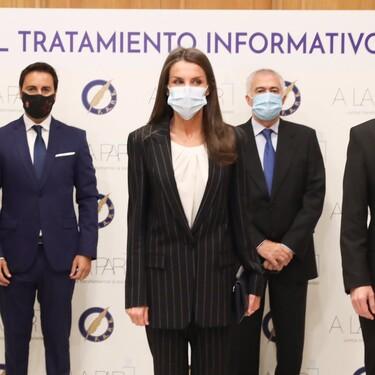 La reina Letizia vuelve a apostar por la sobriedad del traje de raya diplomática defendiendo a la perfección el estilo working girl