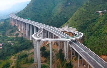 Un singular cambio de sentido en una autopista de la provincia de Guizhou (China)