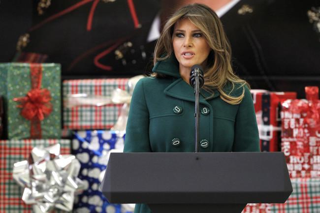 El verde botella bate en duelo a Melania Trump, Letizia Ortiz y Brigitte Macron