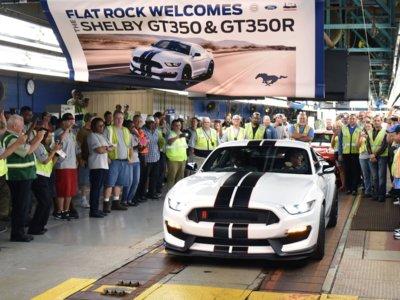 El primer Ford Mustang Shelby GT350R sale de la línea de ensamblaje