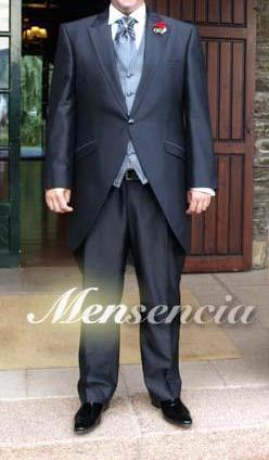 Un elegantísimo novio en chaqué azul