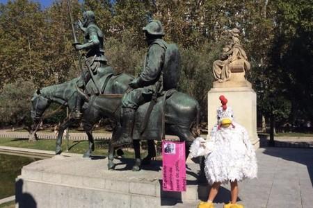 Una granjera recorre Europa vestida de pollo